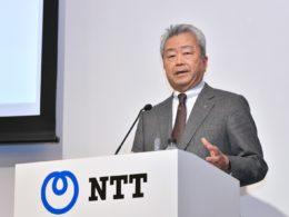 トヨタとの共同会見でプレゼンを行うNTT 澤田社長