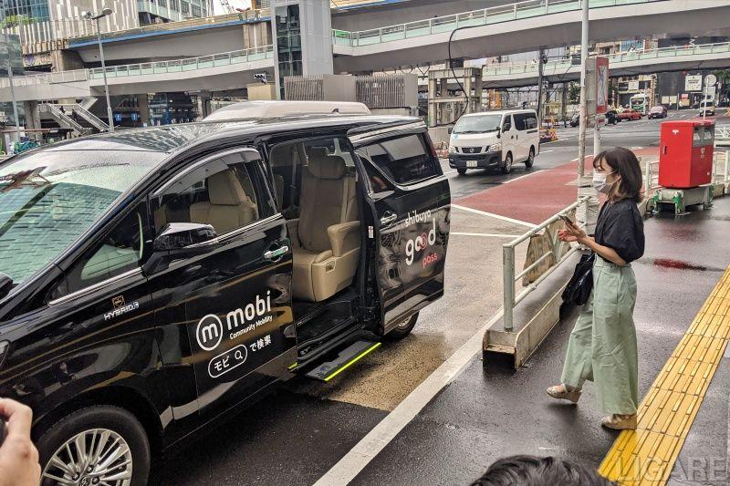 mobiアプリで予約し、到着した車両に乗り込む利用者