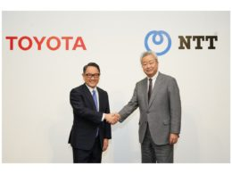 共同会見で握手を交わすトヨタ自動車 豊田章男 社長(左)NTT 澤田純 社長(右)