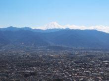 愛宕山から望む甲府盆地と富士山