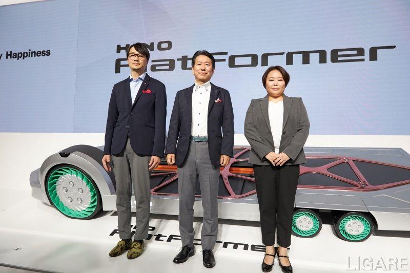 東京モーターショーで「FlatFormer」を発表した日野自動車・下社長(中央)