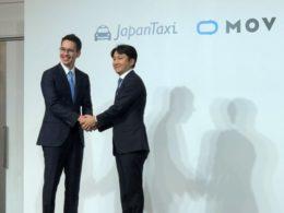 記者会見で握手を交わす日本交通・川鍋一朗氏(左)とDeNA・中島宏氏(右)