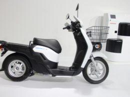 東京モーターショー2019で発表したホンダの電動スクーター「BENLY e:」と着脱式バッテリー「Honda Mobile Power Pack(MPP)」