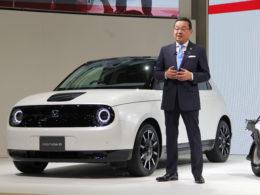 プレゼンを行う八郷社長。後ろは2020年日本で発売予定の「Honda e」