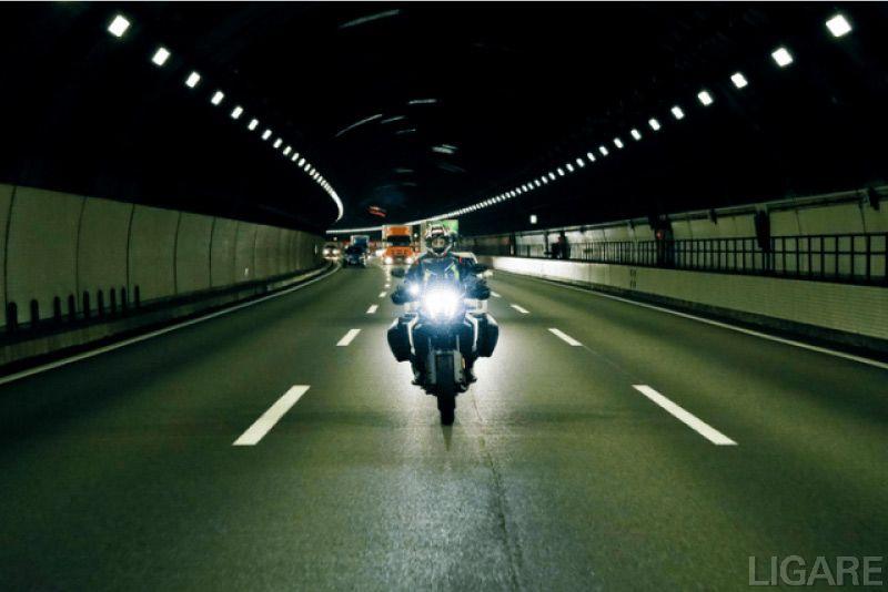 高速道のトンネル内での試験の様子