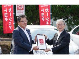 トヨタカローラ秋田の伊藤 哲充 代表取締役社長(左)国際教養大学の鈴木 典比古 学長(右)