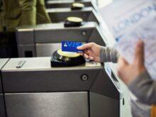 海外の交通機関での決済シーン。多くの利用者がいつものVisaカードをリーダーにかざし、公共交通を利用