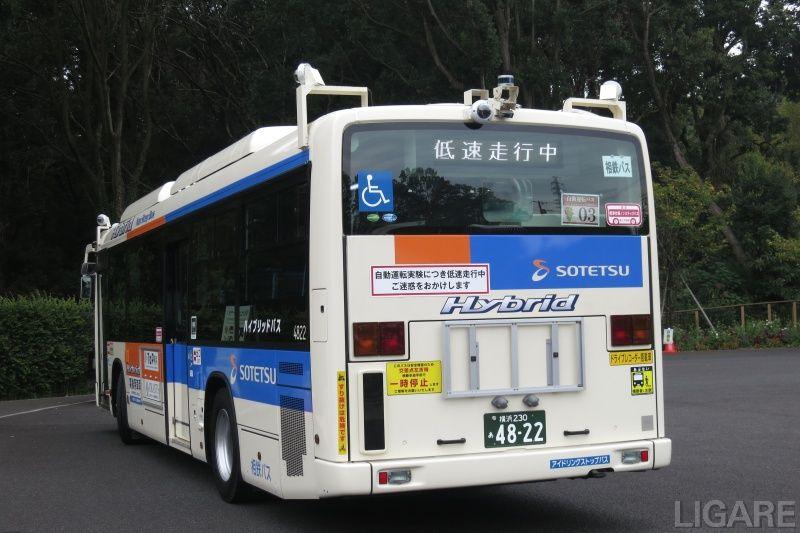 自動運転バスの背面