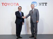 トヨタ自動車 豊田章男代表取締役社長(左)、NTT 澤田純・代表取締役社長